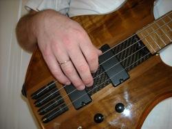 Labās rokas pozīcija spēlējot basģitāru