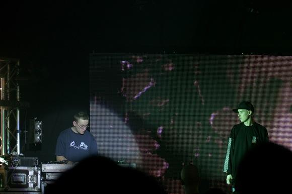 Dj Monsta un Gustavo uz skatuves 2006. gadā