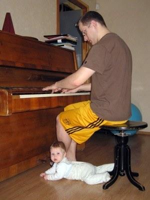 Dj Monsta mājās spēlē klavieres