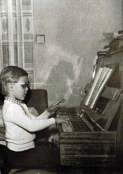 Viktors Ritovs bērnībā pie klavierēm