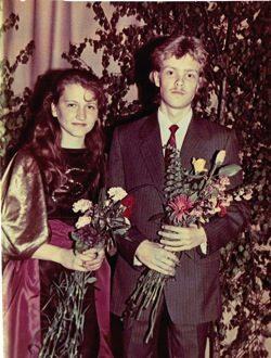 Viktors un Ārija - absolvējot Mediņa Mūzikas skolu (tagadējo vidusskolu) 1991.g.