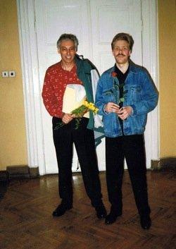 Viktors Ritovs ar pasniedzēju Gerard pie LMA lielās zāles durvīm pēc kopēja koncerta. (1996.g.)