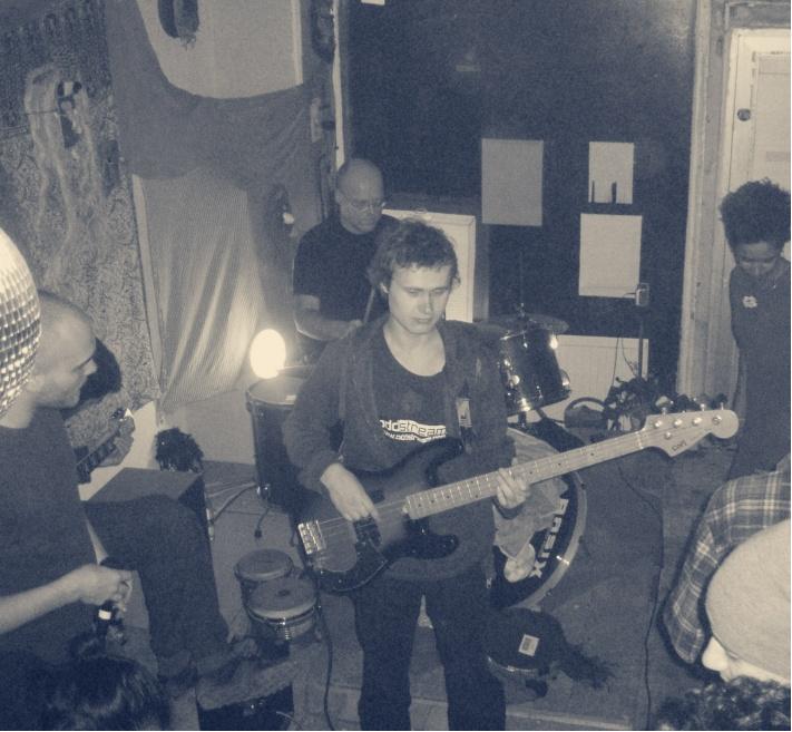 Māris Plūme spēlē basģitāru