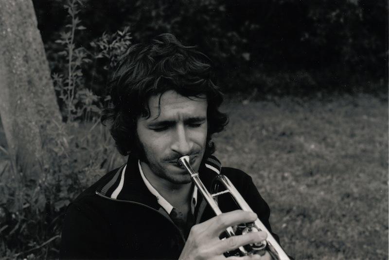 Oskars Herliņš spēlē trompeti