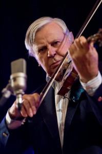 Alnis Zaķis spēlē vijoli